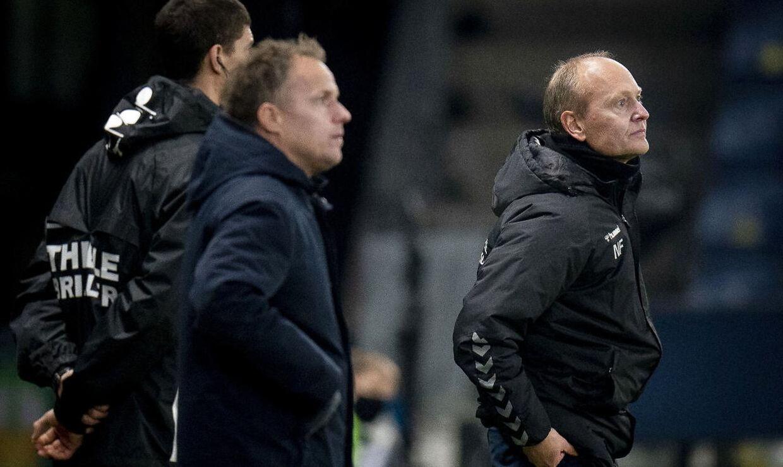 Brøndbys cheftræner Niels Frederiksen (th.) og OBs cheftræner Jakob Michelsen (tv.) ved fortsat ikke, om de får deres kontrakter forlænget
