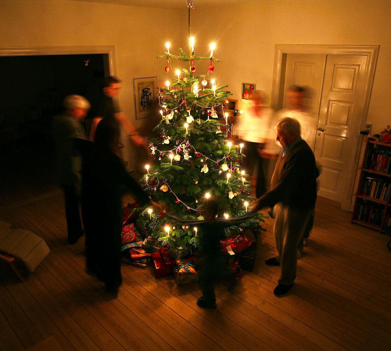 Mest bekymret er eksperterne for de ældre. For hvad skal der ske med dem, hvis de ikke kan komme med til juleaften.
