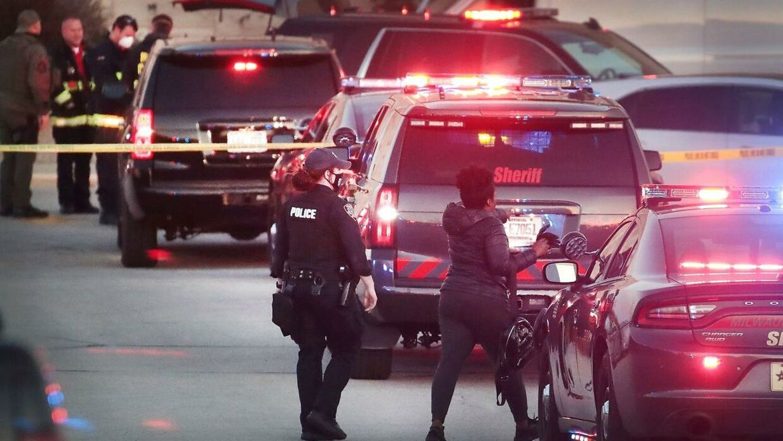 Politiet sikrer stedet efter skyderiet.
