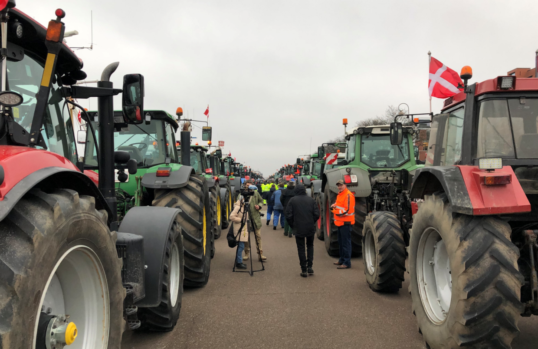 Traktorer, så langt øjet rækket langs kajen ved Langelinie.