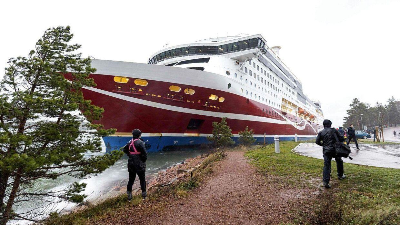 En krydstogtsfærge med over 400 om bord gik lørdag på grund ved den finske øgruppe Åland ud for den svenske østkyst.
