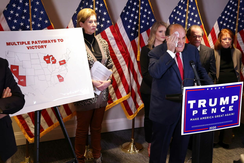 Rudy Giuliani begyndte at svede i stor stil under pressemødet