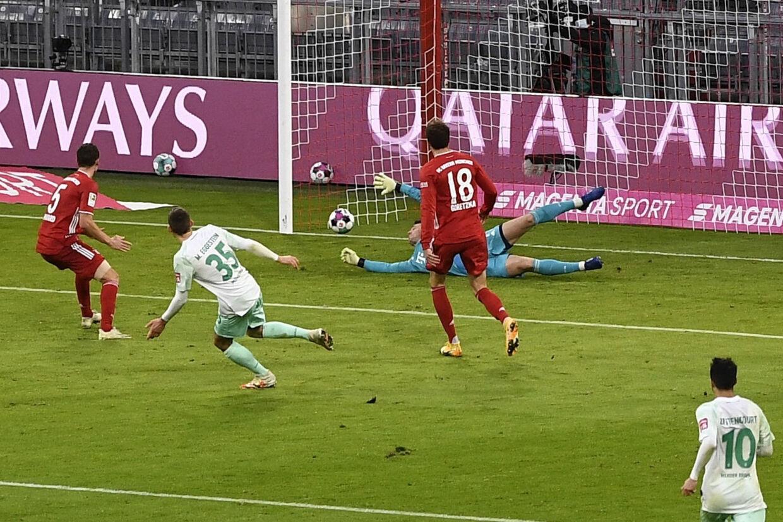 Maximilian Eggestein (nummer 35) bringer her Werder Bremen foran i lørdagens kamp mod Bayern München. Lukas Barth/Ritzau Scanpix