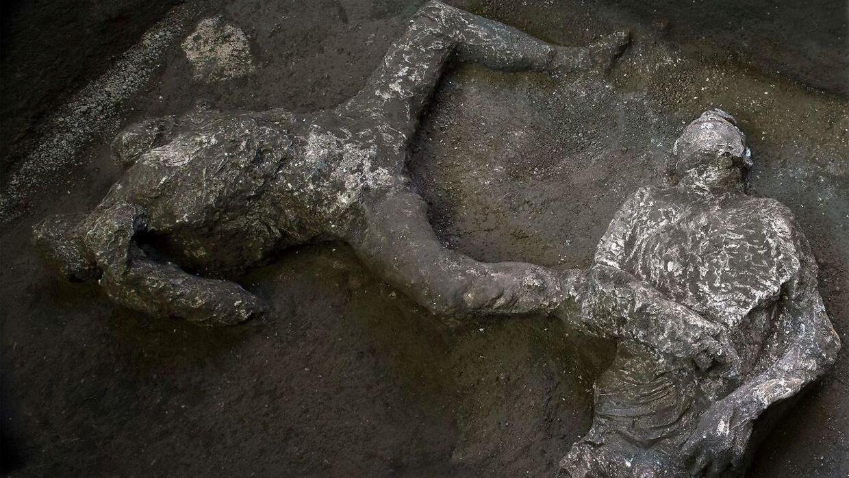I velbevarede jordiske rester af to mænd har arkæologer fundet fragmenter af tunika og kappe fra år 79.