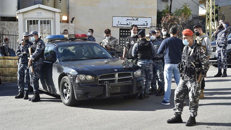 Libanesiske politifolk holder vagt foran detentionen i byen Baabda, hvorfra adskillige fanger stak af lørdag.