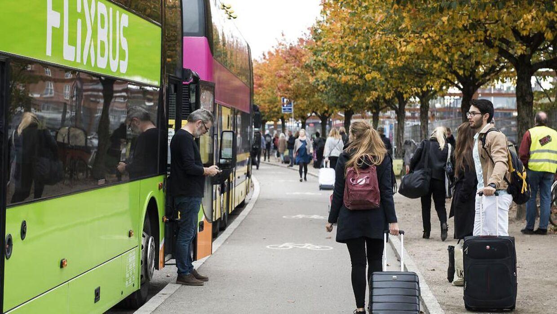 Den nuværende busholdeplads i København ligger ud til en cykelsti, hvilket kan restultere i, at passagerne kommer i karambolage med cyklister.