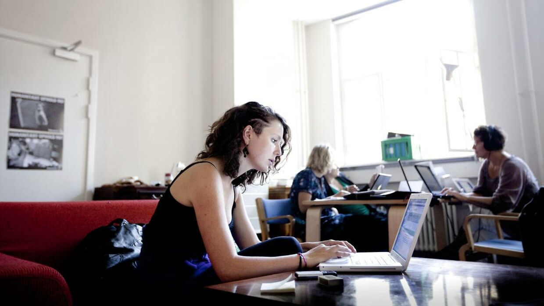 Du kan hurtigt komme til at sidde forkert foran en computer, når du bliver opslugt af arbejde. Arkivfoto.