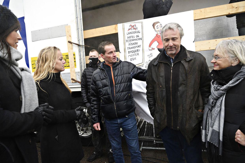 Sophie Løhde (V), Pernille Vermund (NB) og Pia Kjærsgaard (DF) snakker med, nu tidligere, minkavler Frank Andersen efter hans tale, da landmænd demonstrerer imod regeringens ageren i minksagen, på Langeliniekaj i København, lørdag 21. november 2020. Demonstrationen er imod 'magtmisbrug, manglende respekt for grundloven, demokratisk underskud – og for folkestyret!'. (Foto: Philip Davali/Ritzau Scanpix)