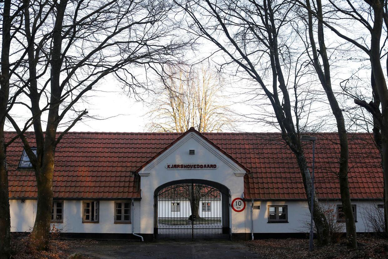 Udrejsecenter Kærshovedgård tæt ved Ikast. Her bor omkring 250 udlændinge, som enten er afviste asylansøgere, mennesker, der er udvist ved dom, samt mennesker på tålt ophold.