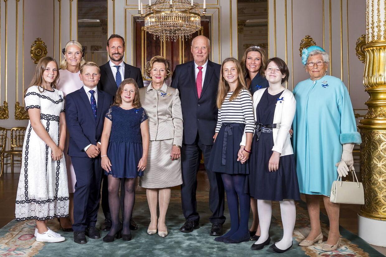Billedet taget ved kongeparrets gruldbryllup. Leah Isadora (til højre for kong Harald) i stribet bluse og et stort smil.
