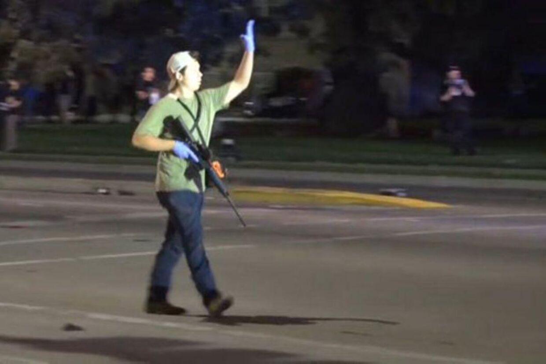 En svært bevæbnet Kyle Rittenhouse på gaden i Wisconsin.