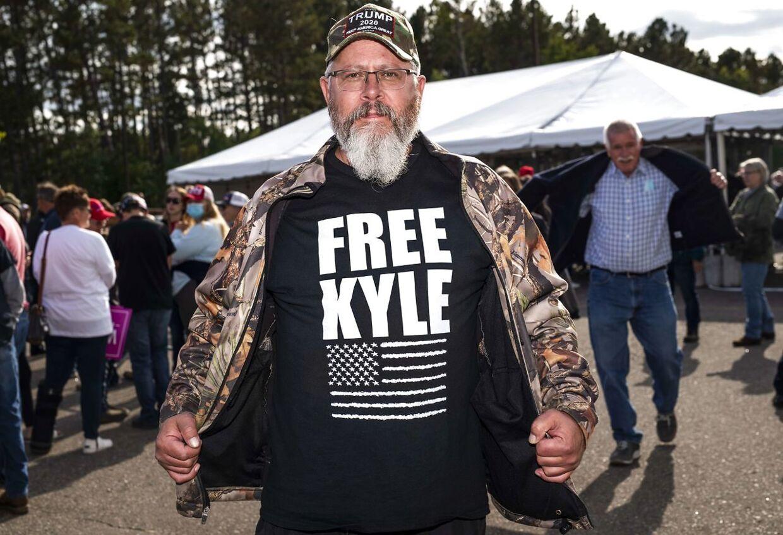Amerikansk højreekstremiste demonstrerer for Kyle Rittenhouse.