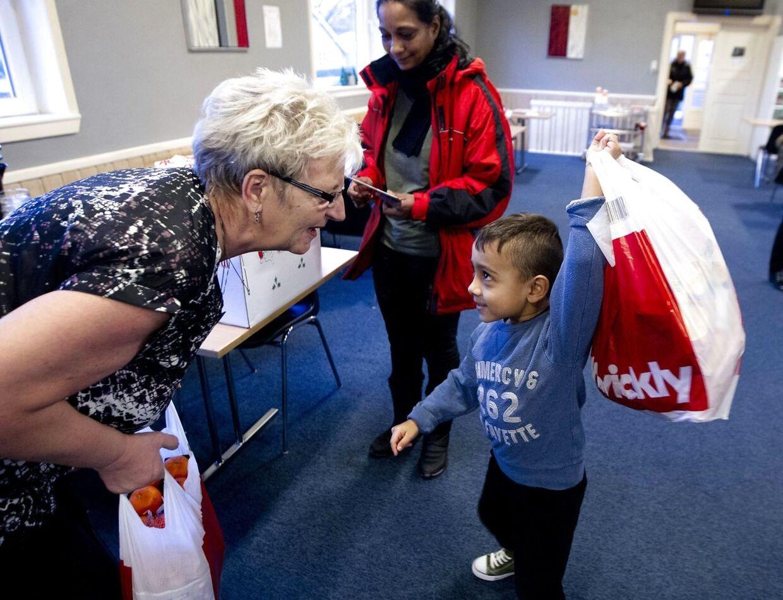 Dansk Folkehjælp uddeler Julehjælp til trængende i Holstebro lørdag d. 21. december 2013. (Foto: Morten Stricker/Scanpix 2013)