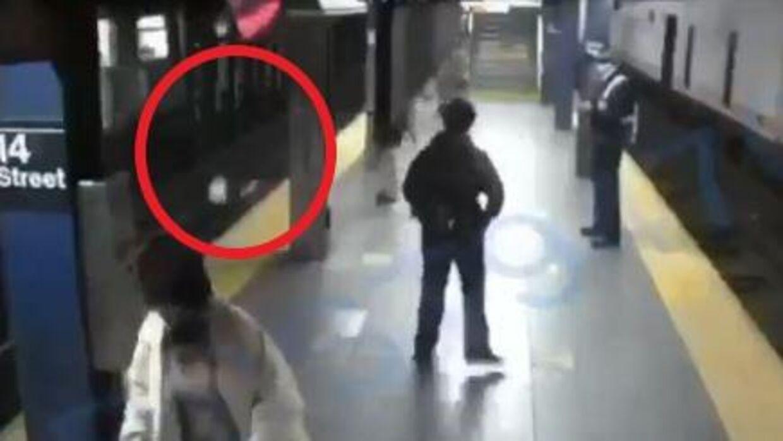 Her ses 40-årige Liliana Sagbaicela på skinnerne, efter at en mand helt umotiveret skubbede hende ud foran et metrotog i New York.