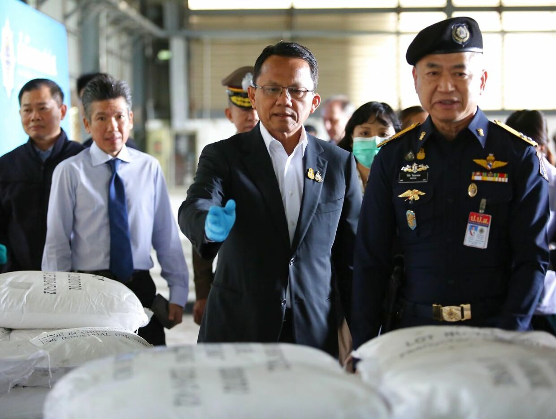 Thailands justitsminister, Somsak Thepsutin (i midten), og andre embedsmænd inspicerer, hvad de troede var ketamin, 12. november 2020.
