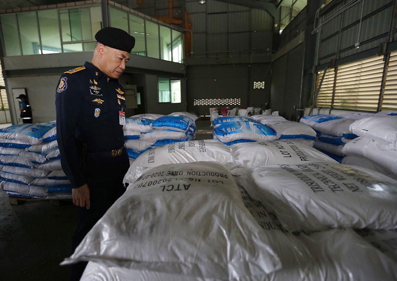 Generalsekretæren for Office of Narcotics Control Board, Wichai Chaimongkhon, inspicerer, hvad han troede var ketaminsække.