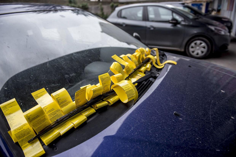 18 parkeringsbøder sidder i forruden på en svensk indregistreret Mitsubishi, som holder parkeret i en baggård ved H.C. Ørsteds Vej 25-27 på Frederiksberg i København, torsdag den 31. januar 2019. (Foto: Mads Claus Rasmussen/Scanpix 2019)