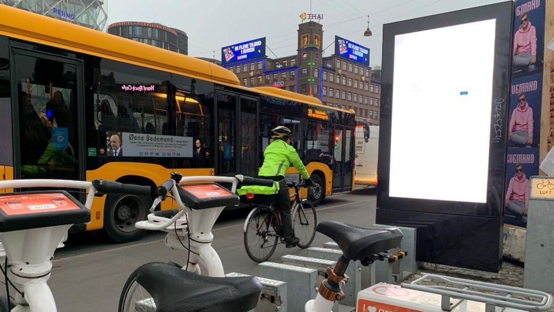 Fonden bag de hvide el-bycykler i København har sat denne reklamestander op på Råshuspladsen. Kommunen har varslet et påbud om, at den skal pilles ned, da den ifølge kommunen er opsat ulovligt.