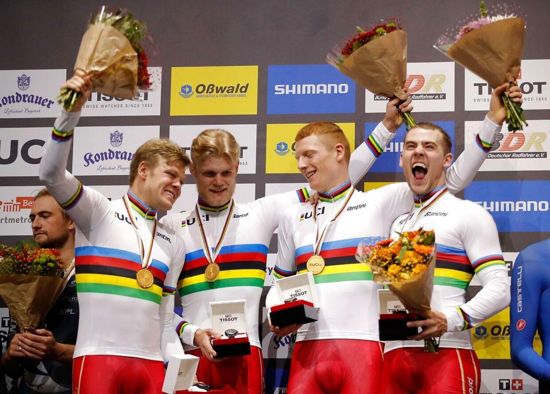 De fire dansk ryttere Lasse Norman Hansen, Julius Johansen, Frederik Rodenberg Madsen og Rasmus Pedersen øverst på sejrsskamlen efter triumfen.