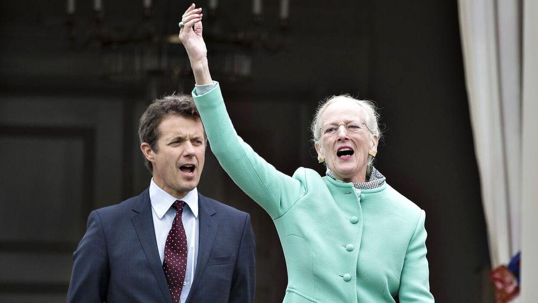 Kronprins Frederik har haft mange tætte stunder med sin mor de senere år, da han er tronfølger. Men i år kommer de ikke til at tilbringe julen sammen.