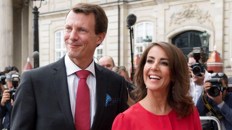 Det er prins Joachim og prinsesse Marie, der i år får glæden af at dele julemad med Majestæten.