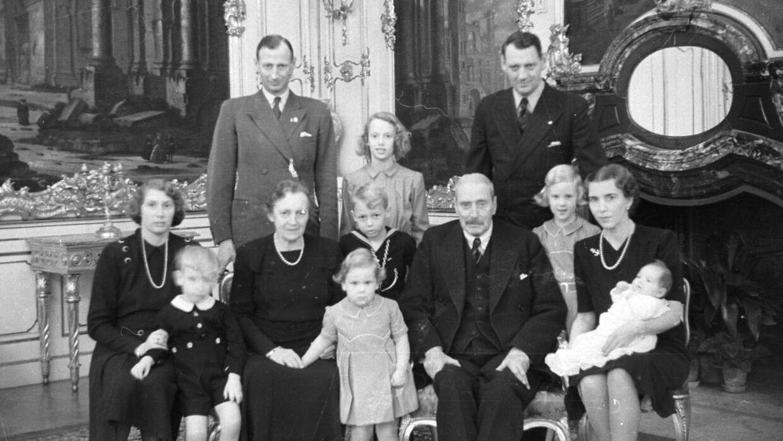 Selv om det efterhånden er blevet en tradition, at kongefamilien holder jul på Marselisborg i Aarhus, så har det ikke altid været sådan. Her ses en tidligere jul med kong Christian X og dronning Alexandrine på Fredensborg Slot. På billedet ses sønnerne Prins Knud og Kronprins Frederik, Kronprinsesse Ingrid og Prinsesse Caroline-Mathilde, børnebørnene Prinsesse Margrethe (midt), Prinsesse Benedikte og Prinsesse Anne-Marie (th) samt Prins Knuds børn, Prinsesse Elisabeth, Prins Ingolf og Prins Christian.