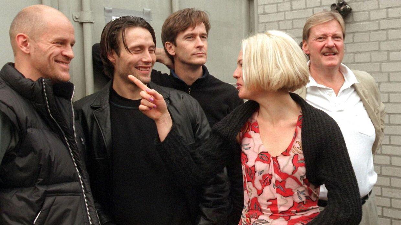 Lars Brygmann og Mads Mikkelsen ses her i forbindelse med en pressefotografering til 'Rejseholdet' i 1999. Fra venstre er det Lars Bom, Mads Mikkelsen, Lars Brygmann, Trine Pallesen.