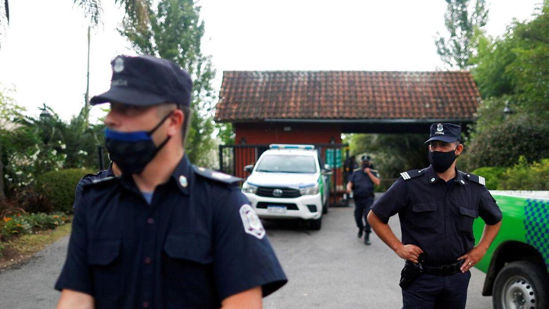 Police holder vagt uden for Diego Maradonas hjem i Tigre i udkanten af hovedstaden Buenos Aires.
