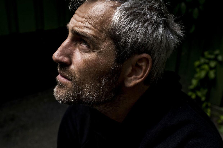 Portræt af Oliver Bjerrehuus. Fotograferet i sin baggård på Nørrebro.