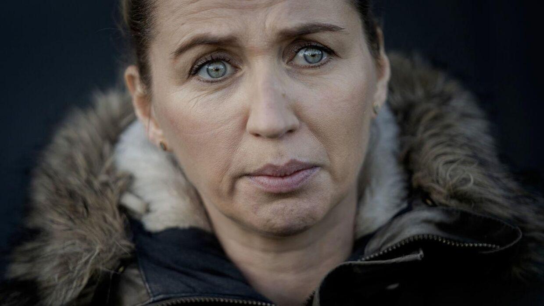 Statsminister Mette Frederiksen med tårer i øjnene under et besøg hos en minkavler torsdag.
