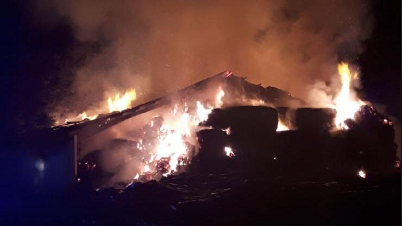 En voldsom brand i en lade i Veerst ved Vejen kommer til at tage to-tre dage at slukke.