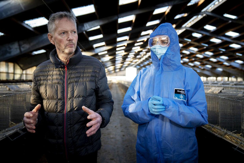 Mette Frederiksen var torsdag på besøg på Peter Hindbos minkfarm lidt uden for Kolding. Arkivfoto: Mads Nissen