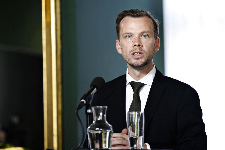 (ARKIV) Beskæftigelsesminister Peter Hummelgaard (S), da finansministeren, erhvervsministeren, beskæftigelsesministeren og kulturministeren afholder pressemøde om økonomien omkring de skærpede corona-restriktioner i Finansministeriet i København 24. oktober 2020. For at undgå flere fyringsrunder under coronakrisen blev regeringen og arbejdsmarkedets parter enige om at oprette jobdelingsordning. Nu er den forlænget et år. Det skriver Ritzau 27. november 2020. (Foto: Philip Davali/Ritzau Scanpix)