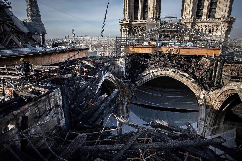 Arbejderne var på en ordentlig opgave med at fjerne det sammensmeldtede stillads fra Notre-Dame.