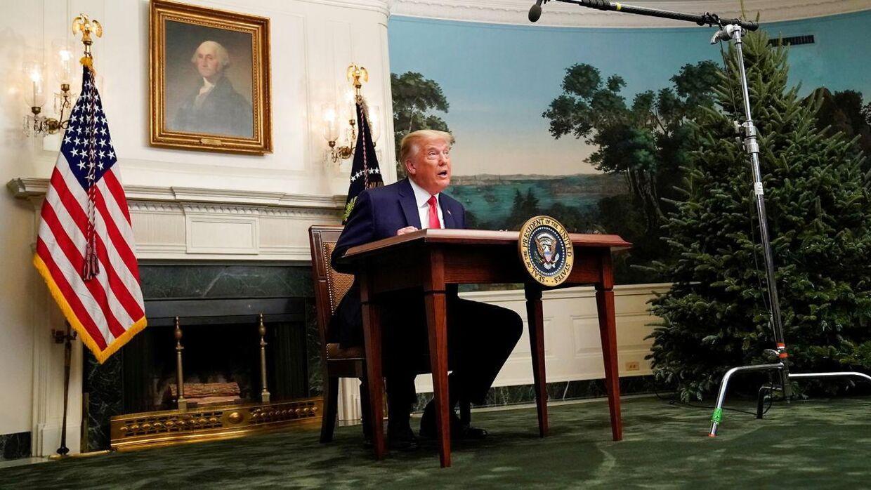 Donald Trump bag et skrivebord i Det Hvide Hus. Netop skrivebordet har betyder stor hån af præsidenten på grund af størrelsen.