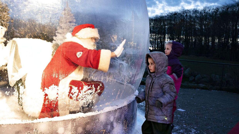 """Julemanden i coronasikker plastikboble åbner Julen i Aalborg Zoo, fredag den 13. november 2020. Julemanden må i år ikke komme tæt på børnene og samle for mange mennesker. Derfor har man lavet denne sikre """"julemandsboble"""" hvor børnene kan komme tæt på uden risiko for smittespredning.. (Foto: Henning Bagger/Ritzau Scanpix)"""