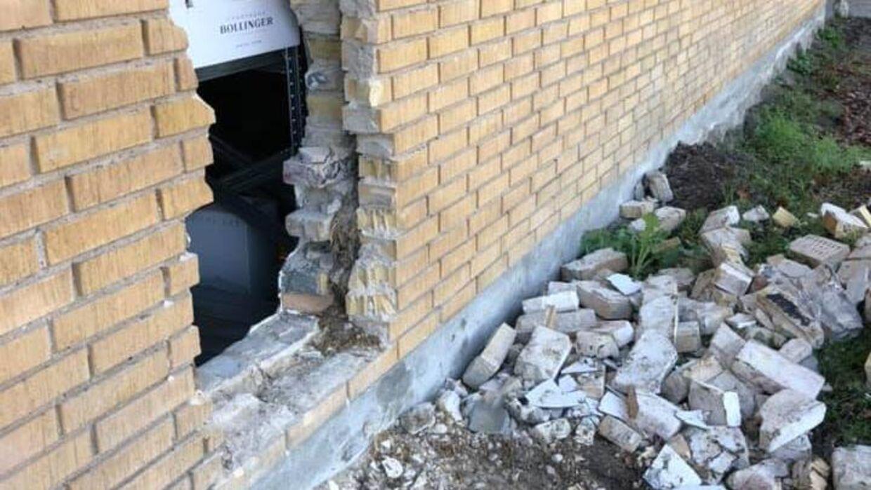 Her ses hullet i muren, som indbrudstyvene kom ind gennem.
