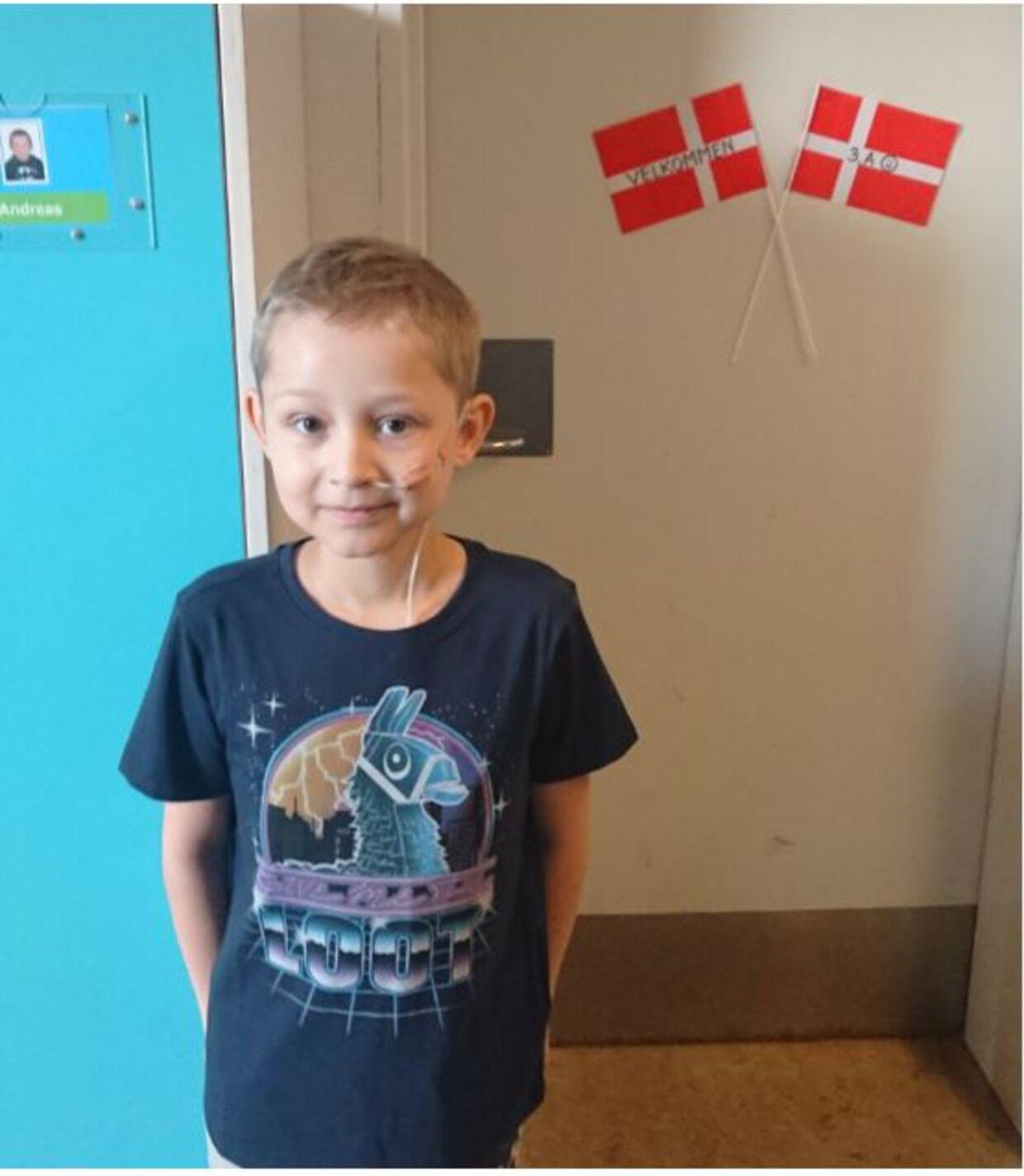 Selvom Frederik er syg med leukæmi, har familien alligevel haft mulighed for at fastholde brudstykker af deres gamle hverdag. Når Frederik har det godt, kommer han i skole.