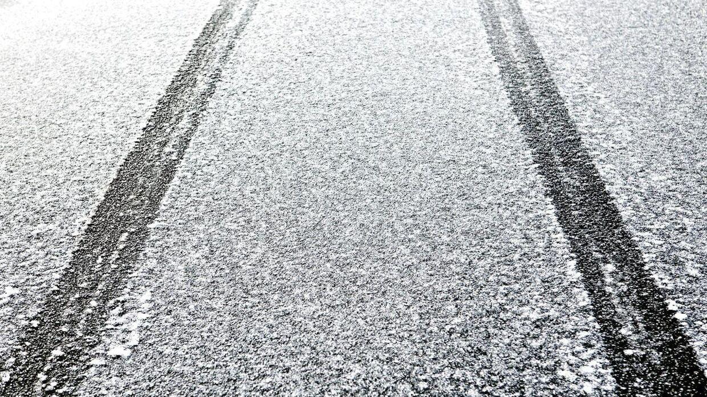 DMI advarer bilister om risiko for glatte veje mandag morgen. (Arkivfoto)