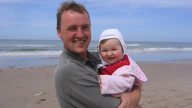 Peter Ingemann med sin førstefødte datter.