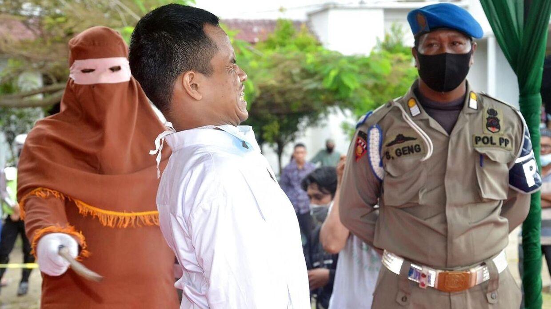 En mand blev i sidste uge pisket offentligt i den østlige del af Aceh-provinsen i Indonisien.