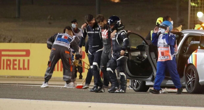 Romain Grosjean føres væk fra ulykkesstedet.