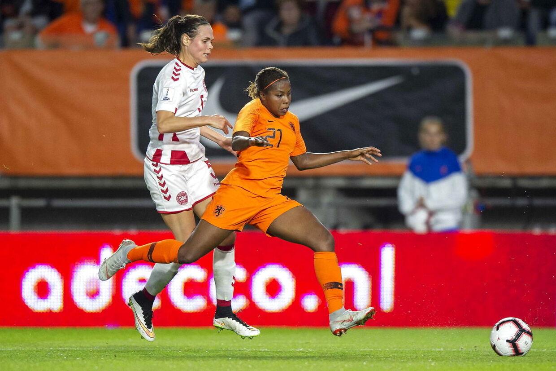 Simone Boye i kamp for det danske landshold.