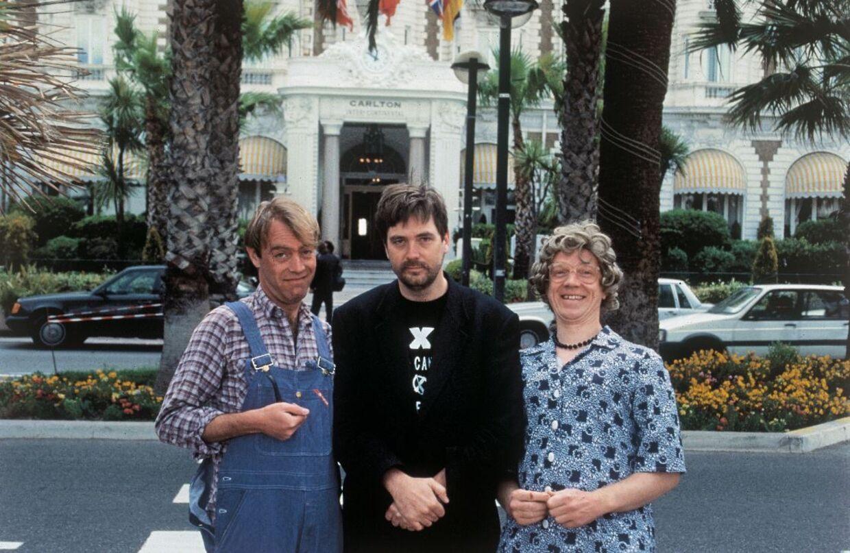 Hans Erik Saks sammen med Oluf og Gertrud Sand ved filmfestivalen i Cannes, hvor de elskede 'The julekalender'-karakterer delte brochurer til filmfolk fra verden over.