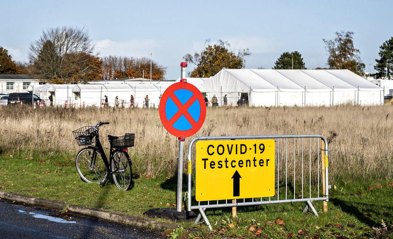 Danskerne skal sandsynligvis vaccineres på de nuværende testcentre af en række praktiske årsager. Her et center ved Aalborg.