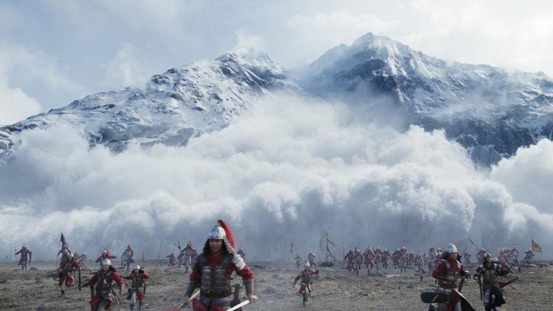 Der er mange smukke scener i den nye 'Mulan' – som her hvor en kampscene finder sted i bjergene.