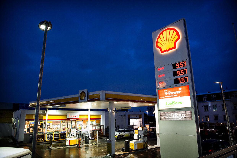 De lave oliepriser giver billig benzin og dielse, som her på Shell tankstation i Københavnsområdet mandag aften d. 18. januar 2016. Nu og her er det især forbrugere, der kan nyde godt af den lave oliepris. Den betyder nemlig, at prisen er lavere, når der for eksempel skal tankes benzin på bilen, eller fyldes op i oliefyret. (Foto: Nils Meilvang/Scanpix 2016)