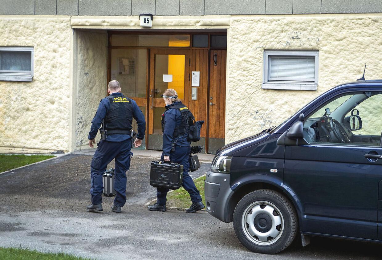 Politiets teknikere på vej ind i ejendommen.