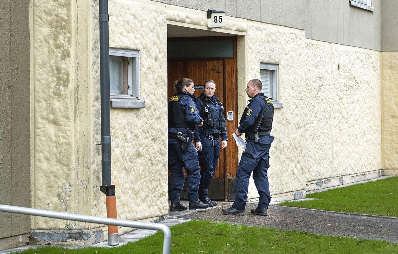 Politiet har gang i omfattende undersøgelser af mor og søns hjem.