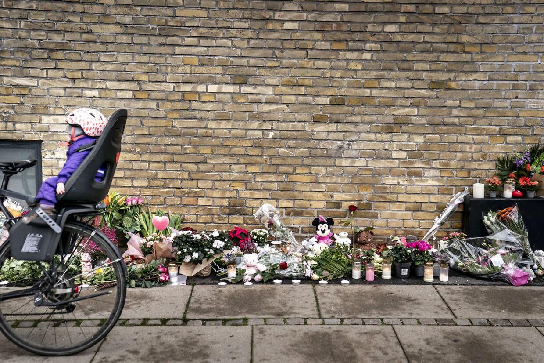 Folk lægger blomster og mindes den femårige pige, der mistede livet efter at være blevet ramt af en mandlig flugtbilist. Gerningsstedet bliver besøgt på Peter Bangs Vej i Valby 29. oktober 2020. (Foto: Mads Claus Rasmussen/Ritzau Scanpix)